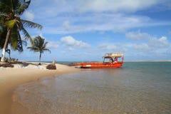 Robi Cunhaú - Praia da Pipa czerwony ferryboat Sibauma, Barra - obrazy royalty free