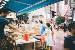 Robiący zakupy na droga na grobli zatoce w Hong Kong, Chiny Zdjęcie Royalty Free