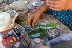 Robi guma do żucia kulturze w Myanmar rynku (Gwyn) obraz stock