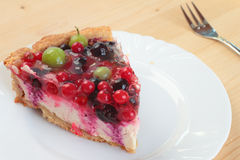 Robić jagodowy cheesecake na talerzu Fotografia Stock