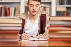 Robić jego badawczemu w bibliotece. Obrazy Stock