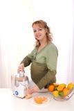 robi kobieta w ciąży świeży owocowy sok Obraz Royalty Free