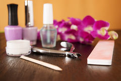 Robi manikiur set na drewnianym stole z orchideą Zdjęcia Stock