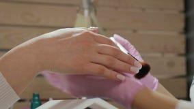 Robi manikiur, wręcza i przybija, traktowanie w eleganckim, nowożytnym salonie, zbiory wideo