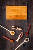 Robi menu lub pisze przepisie Egzamin próbny up dla menu lub przepisu Drewniana tnąca deska blisko pikantność i składników na cie Zdjęcie Royalty Free