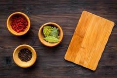 Robi menu lub pisze przepisie Egzamin próbny up dla menu lub przepisu Drewniana tnąca deska blisko składników w pucharu podpalany Obrazy Stock