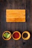 Robi menu lub pisze przepisie Egzamin próbny up dla menu lub przepisu Drewniana tnąca deska blisko składników w pucharu podpalany Zdjęcie Stock