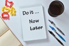 Robi mię teraz opóźniony tekst na notepad z biurowymi akcesoriami Biznesowa motywacja, inspiracj poj?cia obraz stock