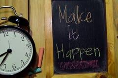 Robi Mię Zdarzać się na zwrota kolorowy ręcznie pisany na chalkboard obraz stock