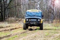 robi Moscow regionu Russia znaka myśli co ty 04 21 2017 Sporta pojazd użytkowy SUV jedzie w lesie blisko miasteczka Bronnitsy, Mo Obrazy Royalty Free