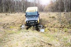 robi Moscow regionu Russia znaka myśli co ty 04 21 2017 Sporta pojazd użytkowy SUV jedzie w lesie blisko miasteczka Bronnitsy, Mo Zdjęcie Royalty Free