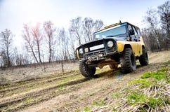 robi Moscow regionu Russia znaka myśli co ty 04 21 2017 Sporta pojazd użytkowy SUV jedzie w lesie blisko miasteczka Bronnitsy, Mo Obrazy Stock