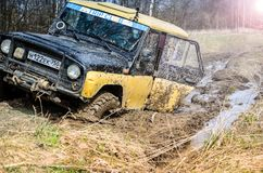 robi Moscow regionu Russia znaka myśli co ty 04 21 2017 Sporta pojazd użytkowy SUV jedzie w lesie blisko miasteczka Bronnitsy, Mo Zdjęcie Stock