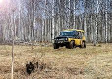 robi Moscow regionu Russia znaka myśli co ty 04 21 2017 Sporta pojazd użytkowy SUV jedzie w lesie blisko miasteczka Bronnitsy, Mo Fotografia Royalty Free
