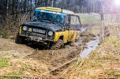 robi Moscow regionu Russia znaka myśli co ty 04 21 2017 Sporta pojazd użytkowy SUV jedzie w lesie blisko miasteczka Bronnitsy, Mo Obraz Royalty Free