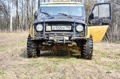 robi Moscow regionu Russia znaka myśli co ty 04 21 2017 Sporta pojazd użytkowy SUV jedzie w lesie blisko miasteczka Bronnitsy, Mo Zdjęcia Stock