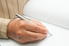 Robi notatce w notatniku Obraz Stock