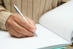 Robi notatce w notatniku obrazy royalty free