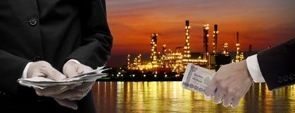 Robi pieniądze od rafineria ropy naftowej biznesu Zdjęcie Stock