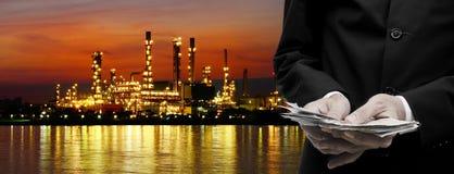 Robi pieniądze od rafineria ropy naftowej biznesu Fotografia Stock