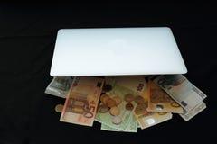 Robi pieniądze online w torbie Obraz Stock