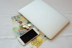Robi pieniądze online w torbie Zdjęcia Royalty Free