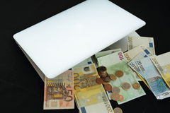 Robi pieniądze online w torbie Fotografia Stock