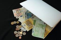 Robi pieniądze online w torbie Obrazy Royalty Free