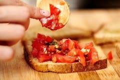 Robić pomidorowi bruschettas Obrazy Royalty Free