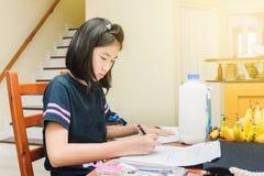 robić praca domowa domowych dzieciaków Zdjęcia Royalty Free