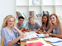 robić pracy domowej biblioteki nastolatków Fotografia Royalty Free