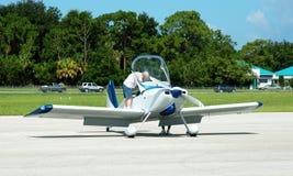 robi preflight kontroli pilota Obrazy Stock