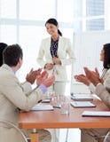 robi prezentaci ja target2131_0_ azjatykci bizneswoman Zdjęcie Stock