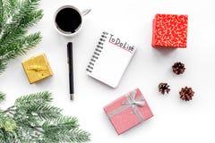 Robi robić liście dla nowego roku Notatnik wśród nowy rok dekoracj na białego tła odgórnym widoku Fotografia Royalty Free