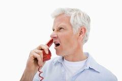 Robi rozmowa telefonicza gniewny mężczyzna zdjęcia royalty free