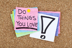 Robi rzeczom Ty Kochasz, Motywacyjna Biznesowa zwrot notatki wiadomość/ Zdjęcia Stock