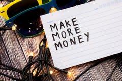 Robi więcej pieniądze ręcznie pisany na rejestr stronie z czarnym kolorem Dwa okulary przeciwsłoneczni w różnorodnych kombinacjac Obraz Royalty Free