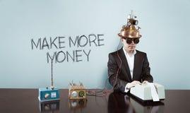 Robi więcej pieniądze tekstowi z rocznika biznesmenem przy biurem obraz stock
