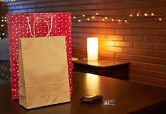 Robić zakupy papierowe torby na stole zdjęcie stock