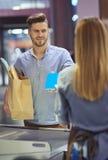 Robić zakupy przy supermarketem Fotografia Stock
