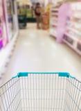 Robić zakupy w supermarkecie supermarketa wózek na zakupy Obrazy Royalty Free