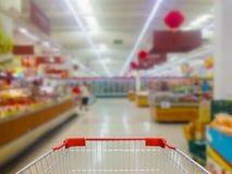 Robić zakupy w supermarketa wózek na zakupy widoku Zdjęcia Stock