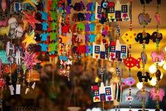 Robi zakupy z pamiątkami, dekoracyjne rzeczy, biżuteria Fotografia Stock