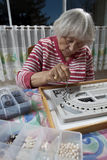 robienie kolii seniora kobiety Zdjęcia Stock