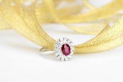 Robijnrode diamantring stock afbeeldingen