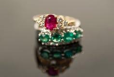 Robijnrode en smaragdgroene ringen in diamantmontages Royalty-vrije Stock Foto