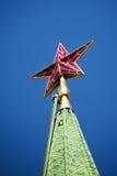 Robijnrode ster van Spassky-toren op de donkerblauwe hemel Stock Fotografie