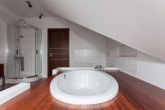 Robijnrood huis - Daling in badkuip royalty-vrije stock afbeelding