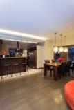 Robijnrood huis - Keuken en eetkamer stock foto