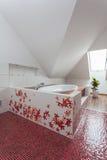 Robijnrood huis - origineel bad stock afbeelding